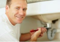 Сантехник ремонтирует раковину
