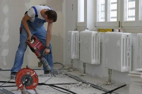 Мастер производит монтаж отопления