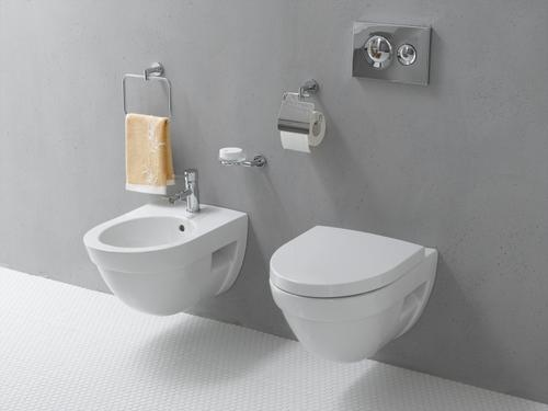 Унитаз и биде в туалете с инсталляцией