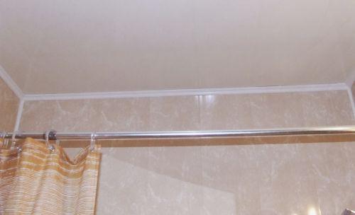 Стены и потолок в ванной из панелей ПВХ